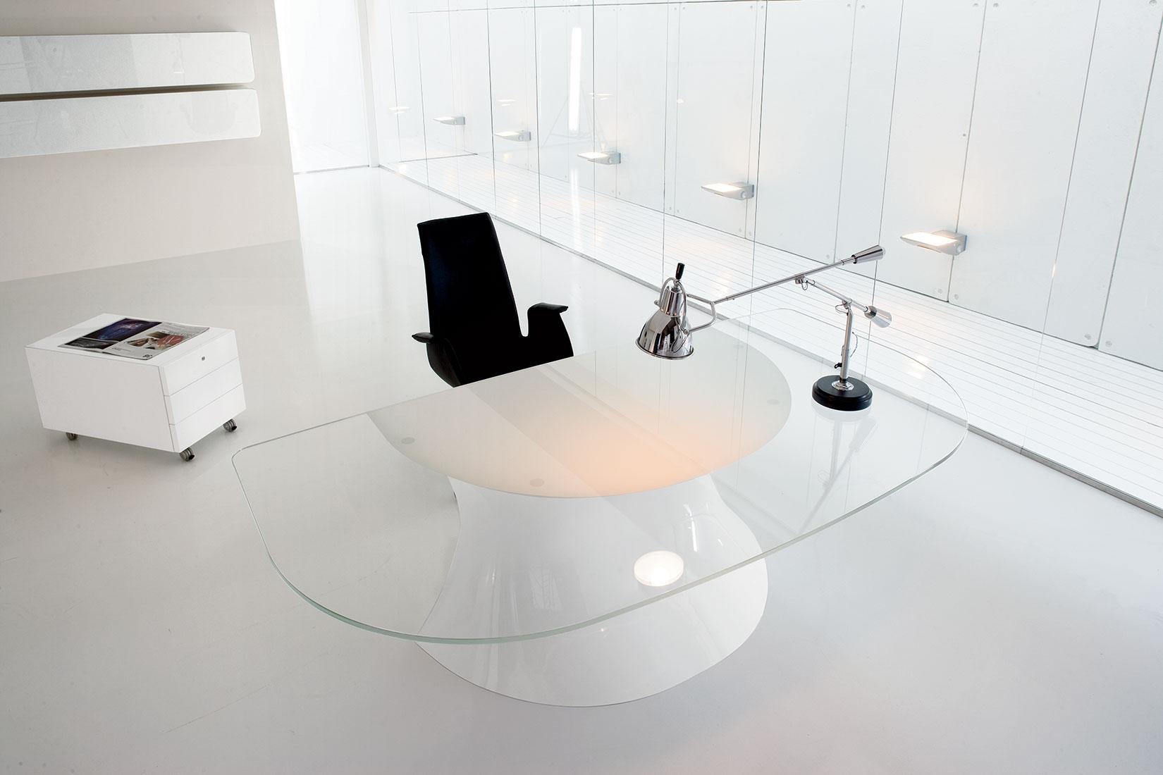 Mobili e scrivanie in vetro o cristallo per un ufficio chic ed